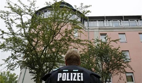 Německý policista u gymnázia v Ansbachu, kde útočník zranil několik studentů. (17. září 2009)