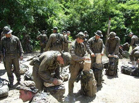 Vojáci se balí na cestu