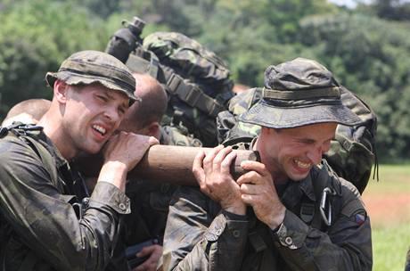 Vojáci cvičili i přenos raněného