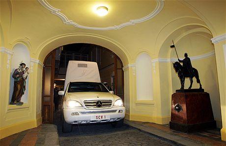 Papamobil ve Voršilské ulici, kde sídlí vatikánské velvyslanectví (17. září 2009)