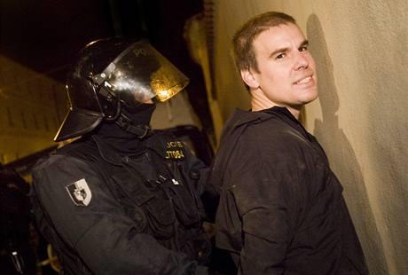 Redaktora iDNES.cz Pavla Eichlera, který byl v domě se squatery, v 01:40 zadržela policie. (13. září 2009)