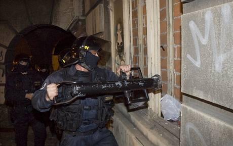 Policisté ráno zadrželi squatery, kteří v sobotu obsadili dům na Albertově v Praze 2. (13. září 2009)