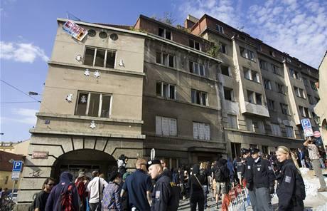 Opuštěný dům na rohu ulice Apolinářská a Na Slupi, který v sobotu obsadili squateři.