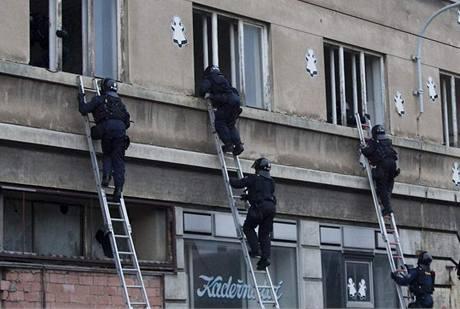 Policisté ráno zadrželi squatery, kteří v sobotu obsadili dům na Albertově v Praze 2 (13. září 2009)