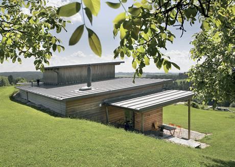 Dům stojí na jižním svahu s výhledem na údolí Vltavy