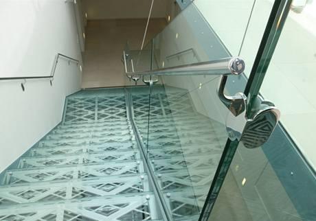 Efektní skleněné schody propouštějí světlo