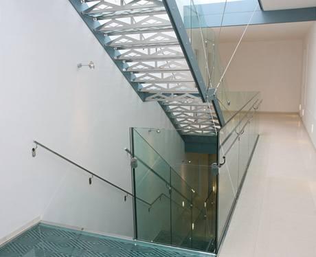 Skleněné jsou nejen schody, ale také podesty u výtahu