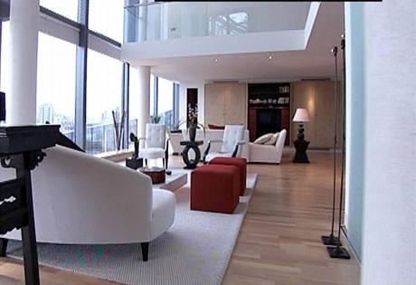 Základem drahých interiérů bývá jedna barva doplněná o barevné akcenty