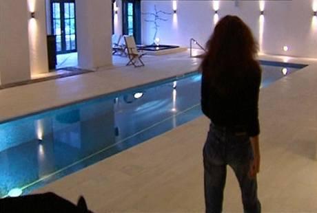 Bazény si dnes bohatí lidé budují i ve velmi starých domech