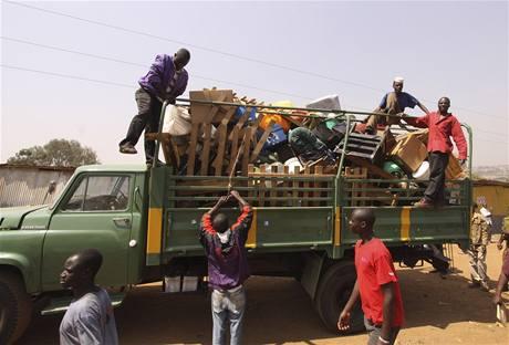 První lidé opouštějí slum Kibera u keňského Nairobi (16. září 2009)