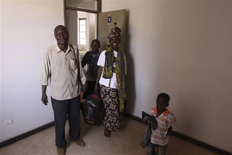 První rodiny ze slumu Kibera u keňského Nairobi přijíždějí do nových obydlí (16. září 2009)