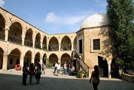Kypr. Starý zájezdní hostinec Büyük Han je jednou z nejkrásnějších staveb na celém ostrově