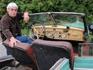 Mercedes 320B, ve kterém seděl Reinhard Heydrich v době atentátu. U vozu stojí historik Jaroslav Čvančara.