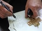 Výtvarník Jaromír Gargulák popisuje, jak vyráběl dar pro papeže.