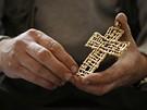 Výtvarník Jaromír Gargulák drží v ruce pozlacený kříž - osobní dar pro papeže.
