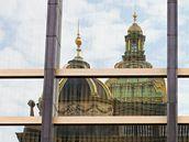 Historická budova Národního muzea se zrcadlí v oknech bývalého Federálního shromáždění.