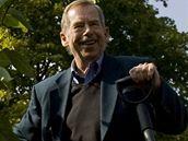 Bývalý prezident Václav Havel vysadil v rámci projektu Kořeny osobností v botanické zahradě třešeň pilovitou.