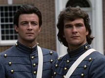 Patrick Swayze a James Read (vlevo) v televizním seriálu Sever a Jih (1985)