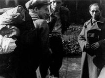 Dušan Slávik (první zleva), srpen 1944