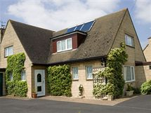 Sluneční kolektory nenápadně umístěné na střeše dům zásobují teplou užitkovou vodou, případně se dají využít i na přitápění