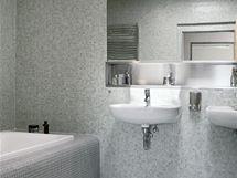 Koupelna má obklad ze skleněné mozaiky