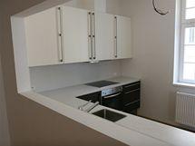 V některých bytech je kuchyně od dalšího prostoru částečně oddělena