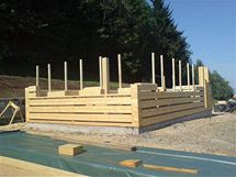 Trámy 25 x 25 cm jsou ze smrkového dřeva
