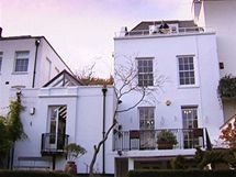 Dům se střešní terasou koupil před dvaceti lety majitel za 120 tisíc liber, v roce 2006 jej nabízel za 2,5 milionu, na 1 milion z toho byl oceněn výhled na Londýn