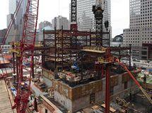 Na místě zřícených věží Světového obchodního centra pokračuje výstavba nového mrakodrapu, muzea a památníku (11. září 2009)