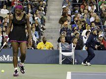 Serena Williamsov� (vlevo) a ��rov� rozhod�� m���c� sm�rem k umpiru
