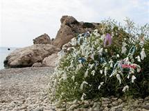 Kypr, místní zvyk - ženy uvazují kapesníčky na keře a prosí Afroditu, aby jim nadělila potomka