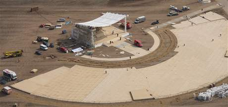 Horečné přípravy na papežskou mši na letišti v Tuřanech