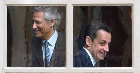 Na snímku z 10. června 2005 je tehdejší francouzský premiér Dominique de Villepin a Nicolas Sarkozy, v té době ministr vnitra.