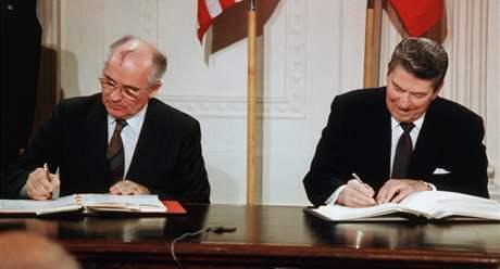 Ronald Reagan a Michail Gorbačov podepisují ve Východním pokoji Bílého domu dohodu o odzbrojení. (8. prosince 1987)