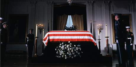 Rakev s ostatky prezidenta Kennedyho ve Východním pokoji Bílého domu