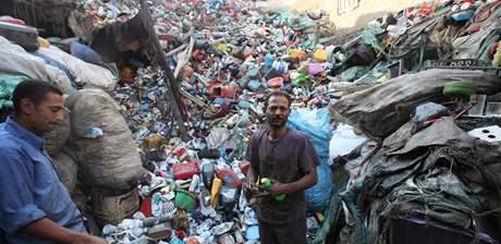 Vybití prasat práci zabbalínů velmi zkomplikovalo. Na snímku členové komunity zabbalínů v Káhiře. (13. května 2009)