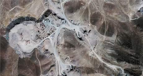 Satelitn� sn�mek z 26. z��� 2009 zachycuje vojenskou z�kladnu pobl� m�sta Qom v �r�nu. Mnoz� odborn�ci v���, �e pr�v� zde Teher�n buduje sv� druh� za��zen� na obohacov�n� uranu.