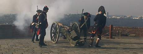 Muži v historických uniformách vystřelili ze dvou děl na Špilberku dvaadvacet ran jako symbolické přivítání papeže Benedikta XVI. v Brně.
