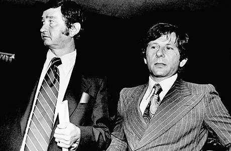 Roman Polanski se sv�m pr�vn�kem Douglasem Daltonem v soudn� s�ni  v Santa Monice 9. srpna 1977.