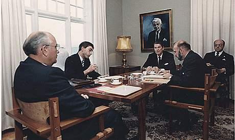 Historické setkání sovětského prezidenta Michaila Gorbačova a prezidenta USA Ronalda Reagana ve vile Höfdi (11. října 1986)