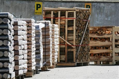 Dřevěné brikety a krbové dřevo