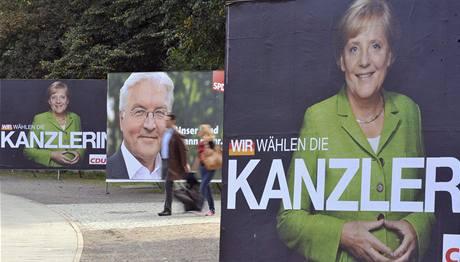 Ještě před volbami vedle sebe: Kancléřka a šéfka CDU Angela Merkelová a kandidát SPD na kancléřský post a ministr zahraničí Frank-Walter Steinmeier na plakátech v Berlíně; září 2009.
