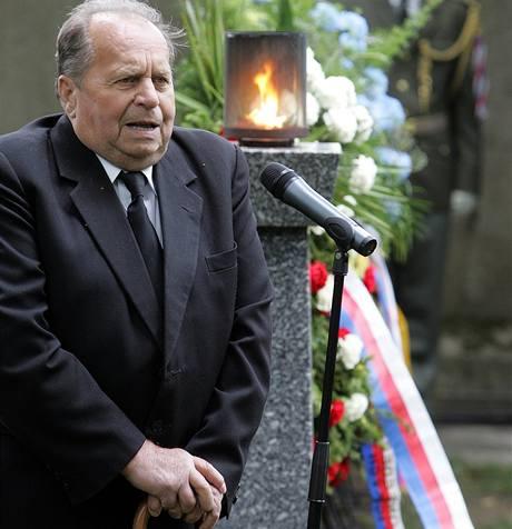 Antonín Huvar, katolický kněz a bývalý politický vězeň, v pražských Ďáblicích vzpomínal na oběti komunismu; červen 2007.