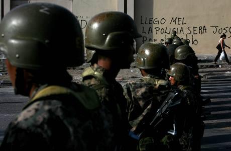 V okolí brazilské ambasády v Hondurasu se to hemží vojáky (23. 9. 2009)