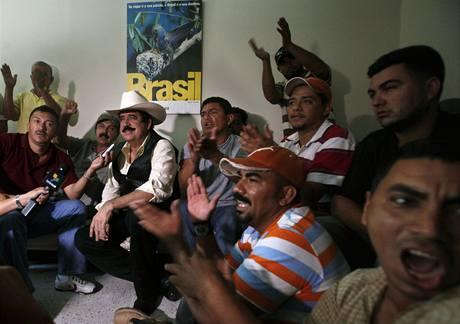 Svrženého prezidenta Manuela Zelayu podporují tisíce lidí (24. 9. 2009)
