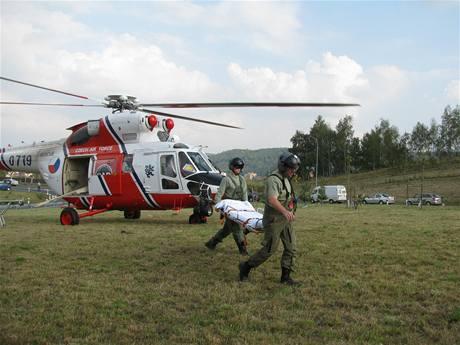 Záchranáři na místě nehody policisty na motocyklu s autobusem v Karlových Varech