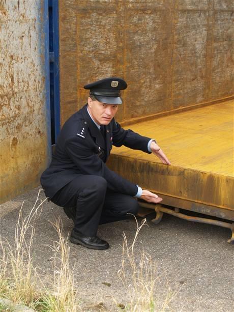 Podlážka k podvodům upraveného kontejneru skrývala sedm tun oceli