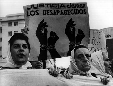 Demonstrace matek a příbuzných lidí, kteří zmizeli během argentinské Špinavé války. Snímek je z května v roce 1982.