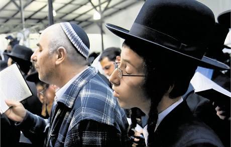 Muži s neodmyslitelnými pejzy a typickými loknami vlasů na skráních se vášnivě kývali při modlitbě stejně jako jejich předci.