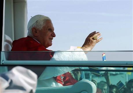 Benedikt XVI. zdraví z papamobilu věřící v Brně